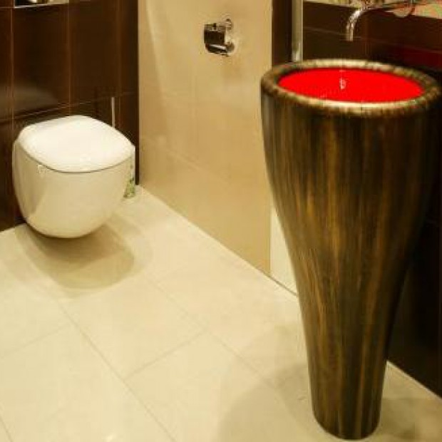 Umywalka jak tam tam. Efektowna aranżacja łazienki
