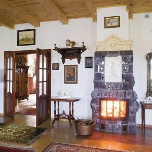 """Na straży każdego wnętrza w tym domu stoi niezwykły, kaflowy piec. To prawdziwe """"perły z lamusa"""". Fot. Bartosz Jarosz."""