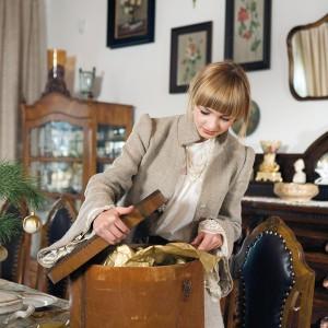 """Dom, który """" staje się"""", z upływem lat """"dojrzewa"""". Jego mieszkańcy na co dzień korzystają ze starych serwisów, piją herbatę w kruchych filiżankach, używają wiekowych mebli i sprzętów. Fot. Bartosz Jarosz."""