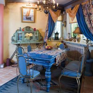Do starych mebli (witrynka i stół) doprojektowano lekkie, stalowe krzesełka i kanapę, które obito niebieską tkaniną. Fot. Bartosz Jarosz.