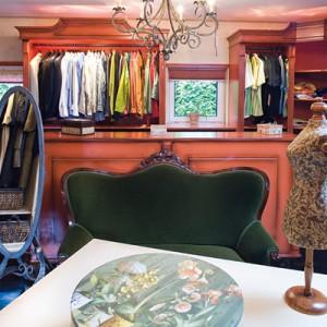 Punktem wyjścia do stworzenia aranżacji garderoby, był dość nietypowy kolor – pomarańczowy. Taką barwę mają wszystkie garderobiane szafy oraz ciężkie zasłony, zawieszone w wysokich oknach. Fot. Bartosz Jarosz.
