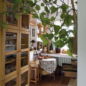 Urokliwa, otwarta na salon i jadalnię kuchnia na parterze. Wtajemniczeni wiedzą jednak, że to nie jedyna i wcale nie najważniejsza kuchnia w domu. Fot. Marcin Onufryjuk.