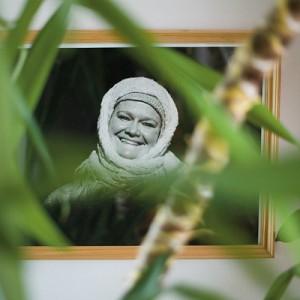 """Ten słoneczny, niepowtarzalny uśmiech można rozpoznać od razu. Zdjęcie pochodzi ze spektaklu """"Jedź"""" w reżyserii Dariusza Szady-Borzyszkowskiego. Fot. Marcin Onufryjuk."""