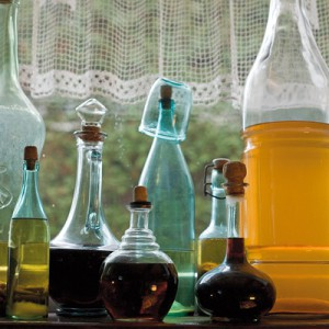 """Domowe nalewki to specjalność pana domu. """"Dojrzewające"""" w oryginalnych butelkach, stały się kolejną, efektowną kompozycją, od której nie sposób oderwać oczu. Fot. Marcin Onufryjuk."""
