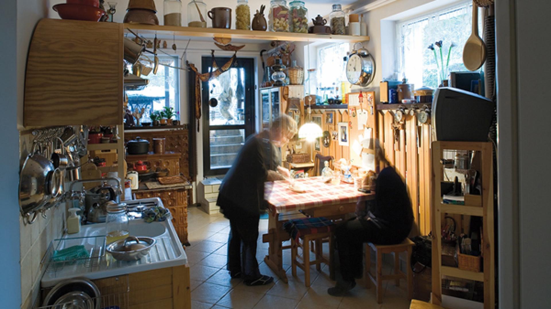 Przytulna kuchnia na dole – gorące serce domu. To w niej toczy się codzienne życie. Tu się gotuje, przyjmuje gości, rozmawia, marzy… Fot. Marcin Onufryjuk.