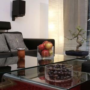 Zarówno czarne skórzane wypoczynki, jak i przezroczysty szklany stół, składający się z trzech mobilnych części, to propozycje firmy Kler. Fot. Monika Filipiuk.