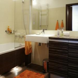 Największą zaletą łazienki, w opinii pani domu, jest połączenie wanny z natryskiem. Rozwiązanie, które nie wymaga zbyt wiele przestrzeni, a trafia w gusta każdego z domowników. Fot. Monika Filipiuk.