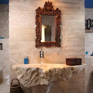 Warto zwrócić uwagę nie tylko na formę, ale też rozmiar umywalki – jej szerokość wynosi 180 cm. Wykonał ją artysta rzeźbiarz Jacek Zwoniarski. Piękne lustro pochodzi z Azji. Fot. Bartosz Jarosz.