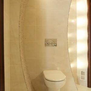 Dobudowane ścianki, o łukach zarysowanych na planie koła, dynamizują aranżację toalety. W ich wnętrzach są ukryte instalacje m.in. lampek oraz stelaż podwieszanego sedesu. Fot. Bartosz Jarosz.