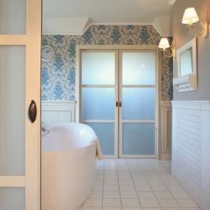 Ścieżkę między sypialnią a garderobą, którą kryją przesuwne drzwi, najczęściej pokonuje pani domu. Fot. Monika Filipiuk.