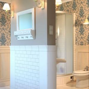Jak łatwo się domyślić, w intymnej, przesłoniętej ścianką strefie łazienki zainstalowano sedes i bidet. Ich producentem jest Roca. Fot. Monika Filipiuk.