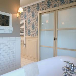Armatura w tej łazience pochodzi z oferty firmy Tres. Wybrane modele łączą nutę retro z prostotą i nowoczesnością. Fot. Monika Filipiuk.