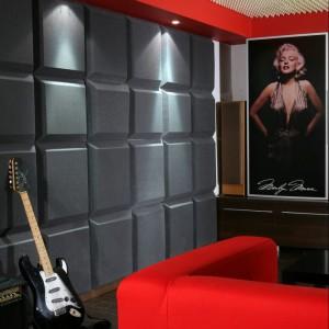 Projektant postawił na boczne oświetlenie. Punktowe halogeny zostały zainstalowane w pomalowanym na czerwono obniżeniu sufitu, domykającym od góry wyrazistą kreską kształt pomieszczenia. Fot. Monika Filipiuk.