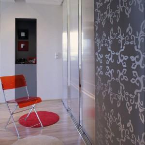 Srebrny ornament na szarej ścianie to kolejne dzieło Anny Superniok. Architekt nie tylko własnoręcznie zaprojektowała motyw zdobniczy, ale też sama go wykonała. Fot. Monika Filipiuk.