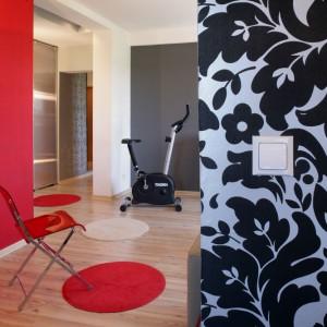O wyjątkowości mieszkania świadczą dekoracje ścian. Poza sztuką (obrazy), wprowadzono też kolor i tapetę! Dzięki temu nie jest nudno. Co krok zaskakuje nas nowa barwa czy ornament. Fot. Monika Filipiuk.