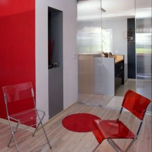Transparentne drzwi (wykonane na zamówienie z płyty poliwęglanowej) prowadzą do kuchni. Idealne przepierzenie o lekkiej formie, a przy tym współgrające z wyposażeniem z pleksi. Fot. Monika Filipiuk.