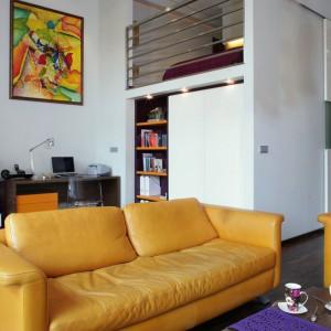 Wysokie mieszkanie (4,3 m) od zawsze było marzeniem Ewy i Piotra. Oboje doskonale czują się w otwartym, jasnym salonie i położonej na antresoli sypialni. Choć mieszkanie jest spore, architekt bardzo skrupulatnie wykorzystała jego powierzchnię tak, by jeszcze bardziej otworzyć przestrzeń. Fot. Monika Filipiuk.