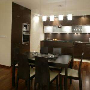 Wysoka kuchenna szafa została wbudowana w przestrzeń garderoby. Piekarnik i mikrofalówkę zainstalowano na wygodnej dla użytkowników wysokości. Fot. Monika Filipiuk.