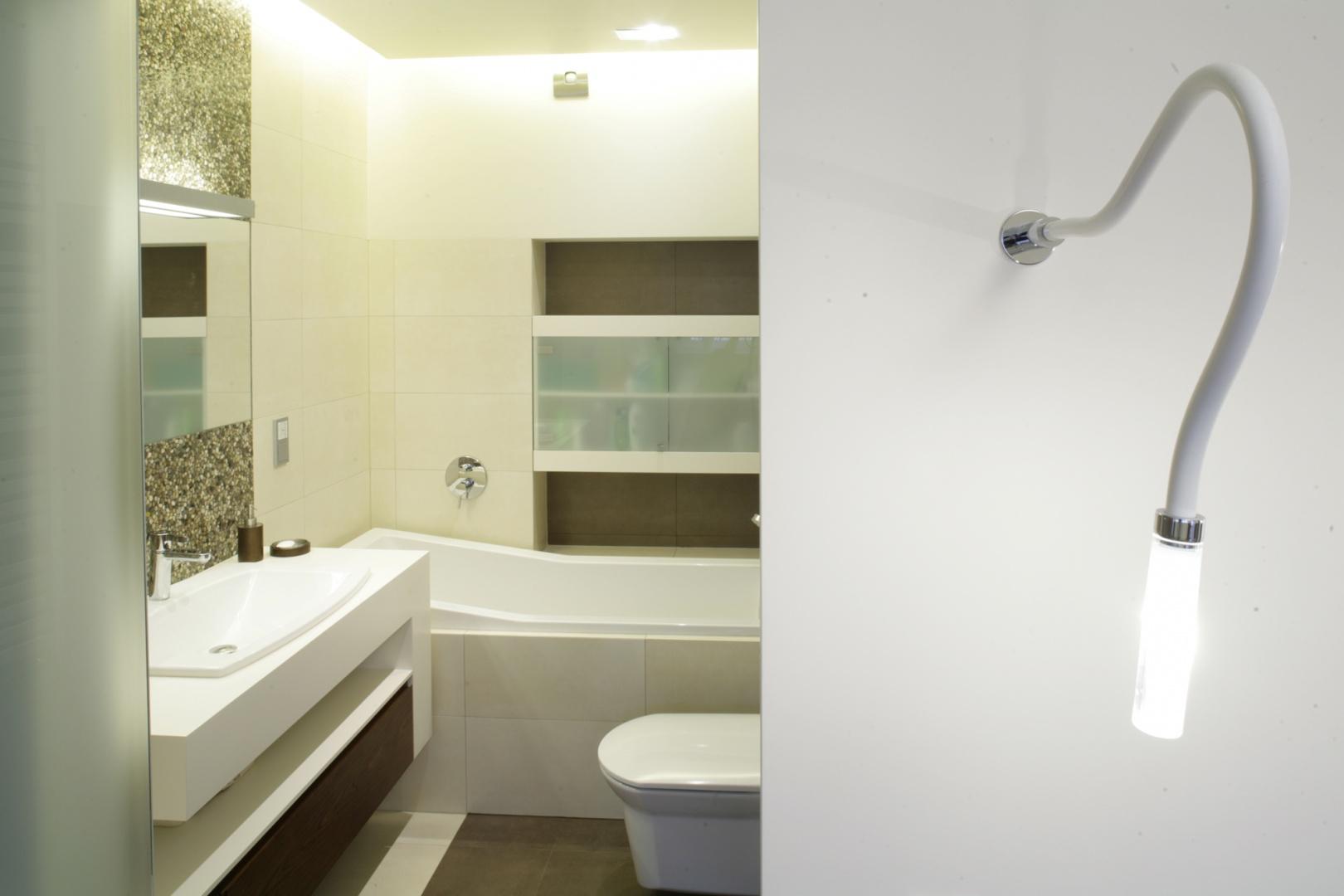 W łazience znalazł się tylko podstawowy program użytkowy: wanna, umywalka i sedes, ale w komfortowym wydaniu. Wnętrze jest eleganckie i harmonijne. Fot. Bartosz Jarosz.