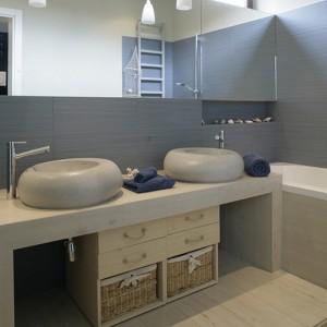 Imitujące drewno płytki to świetne rozwiązanie w narażonych na intensywne chlapanie dziecięcych łazienkach. Tu wyglądają prawie jak fragment molo. Fot. Monika Filipiuk.