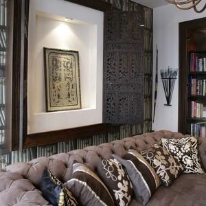 """""""Okiennice"""", zrobione z indyjskich parawanów, zamykają wnękę w ścianie. To jeden z aranżacyjnych smaczków świadczący o urodzie tego domu, a zarazem wprowadzający do nowoczesnych tonacji kolonialną nutę. Fot. Monika Filipiuk."""