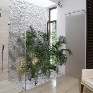 Ściana z otoczaków stanowi tło dla roślin. Całość tworzy naturalną, niesamowitą kompozycję. Kąpiel w takim otoczeniu jest jak podróż w odległe zakątki świata. Fot. Monika Filipiuk.