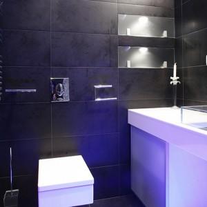 Elementy wyposażenia oraz zabudowy łazienki wyróżnia geometryczna forma: wc o prostych, nowoczesnych liniach to model marki Catalano, szafka wykonana na zamówienie z lakierowanego MDF, szklany front w aluminiowej ramce. Fot Bartosz Jarosz.