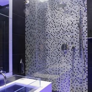 Komfort kąpieli zapewnia deszczownica oraz rączka natrysku, wyjątkowy klimat – szklana mozaika, która zdobi wnękę prysznicową. Fot Bartosz Jarosz.