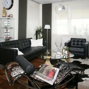 Salon to prawdziwa wizytówka mieszkania wypełniona ponadczasowymi klasykami designu. Znajdziemy tu m.in. fantazyjny stolik kawowy Noguchi, wiszącą lampę w kształcie przezroczystej kuli (Artemide) oraz pokryty skórą bydlęcą szezlong Le Corbousier'a. Fot. Monika Filipiuk-Obałek.