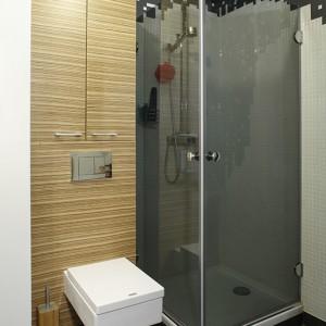 Zabudowa w łazience została wykonana z forniru zebrano (materiału, który pojawia się też w innych pomieszczeniach domu). Natomiast ściany kabiny prysznicowej zostały pokryte mozaiką. Fot. Monika Filipiuk-Obałek.