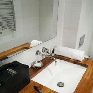 """Podblatowe umywalki z kolekcji """"Starck III"""" Duravit efektownie prezentują się na tle masywnego, drewnianego blatu. Dobrano do nich eleganckie baterie podtynkowe z oferty Zucchetti. Fot. Monika Filipiuk-Obałek."""