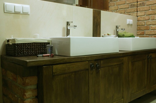 Łazienka we włoskim stylu: drewniane meble i szlachetne materiały