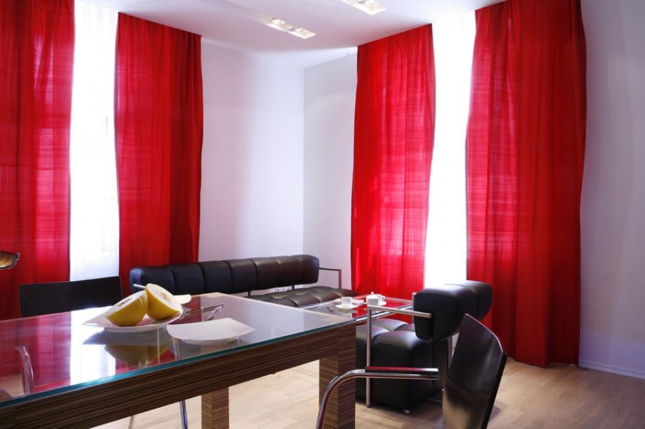 Aranżacja salonu jest...  Czerwone dekoracje na białym tle. W japońskim stylu