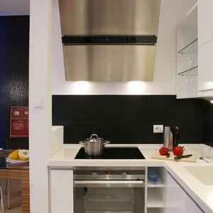 """Biało-czarne zestawienie kolorów uzupełnia metaliczny sprzęt AGD: piekarnik pochodzi z oferty marki Electrolux, zaś okap to propozycja Ciarko (model """"Prestige""""). Fot. Monika Filipiuk."""