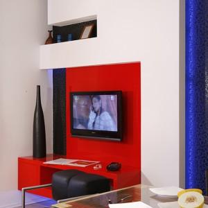 Czerwień, czerń i biel to w mieszkaniu główna kolorystyczna dominanta, dla której inspiracją stał się japoński minimalizm. Czwartym, bardzo charakterystycznym elementem, który pojawia się we wszystkich wnętrzach, jest egzotyczne drewno zebrano. Fot. Monika Filipiuk.