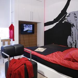 Meble w sypialni (i w całym mieszkaniu) wykonała, według projektu architektów, firma Apostolski. W tym wypadku został wykorzystany biały, lakierowany mdf oraz fornir zebrano. Fot. Monika Filipiuk.