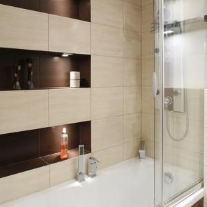 Gdy w łazience brakuje miejsca na dodatkową kabinę prysznicową, doskonałym pomysłem jest zastosowanie parawanu ze szkła lub grubej pleksi. Dzięki takiemu rozwiązaniu właściciele, mimo niewielkiej powierzchni łazienki, mogli sobie pozwolić na montaż natrysku z hydromasażem (całość armatury – Deante). Fot. Monika Filipiuk.