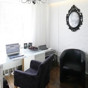 Gabinet jest ulokowany tuż przy salonie, co zdradza ceglany fragment ściany – tu dla odmiany tonizowany bielą. Fot. Bartosz Jarosz.