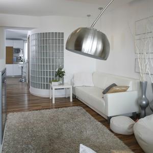 U wejścia do salonu postawiono łukowatą ścianę z luksferów, za którą znajduje się łazienka. Fot. Bartosz Jarosz.