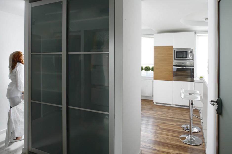 Szafa z IKEA obudowana jest...  Nowoczesna i przytulna kuchnia: zainwestuj w biel i drewno ...