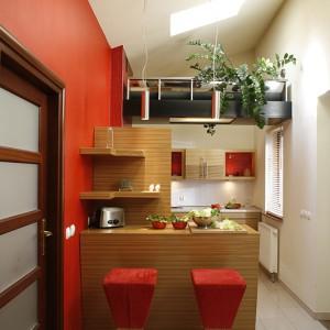 Kuchnię wpisano w przestrzeń pod skosem dachu. Architekci sprawili, że stanowi to jej główny atut. Okno dachowe w słoneczne dni wpuszcza dużo światła. Fot. Bartosz Jarosz.