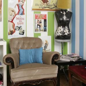 """Kasia uwielbia stylowe meble. Fotel i manekin-lampka zostały """"wyłowione"""" na Allegro. Stylowe meble w towarzystwie czarnego stolika z IKEI – bardzo udany mezalians. Fot. Bartosz Jarosz."""