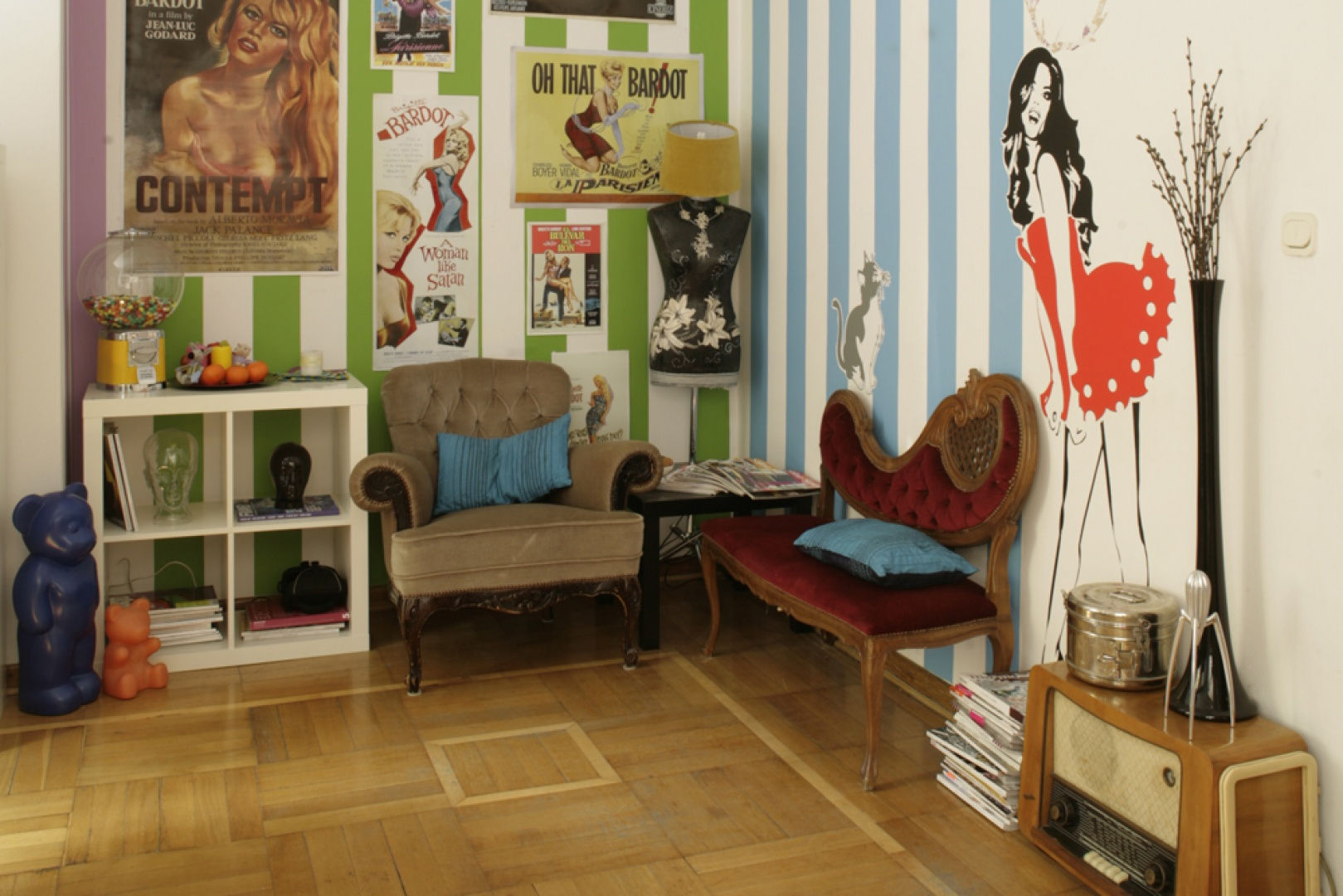 """Na ścianie """"ołtarzyk Kasi"""" ze stylizowanych plakatów, na podłodze klepki z Pałacu Kultury. Fot. Bartosz Jarosz."""