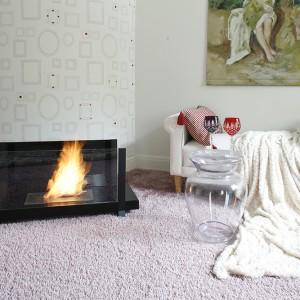 Tajemnica pałacu drzemie gdzieś pośród ciepła, które tworzą przywożone przez panią domu tkaniny z Anglii i Francji oraz ogień z licznych kominków, tych stylowych i na wskroś współczesnych, jak ten marki Biokominek. Fot. Bartosz Jarosz.