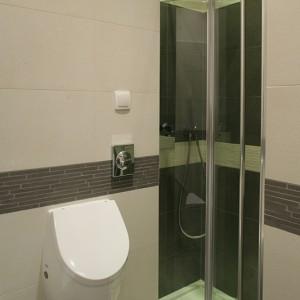 Kabina prysznicowa, zamykana składanymi drzwiami typu bifold firmy Novellini, jest niczym dyskretny schowek, w którym umieszczono armaturę Noken, bazującą na geometrycznych kształtach. Fot. Monika Filipiuk.