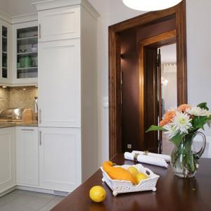 Wnętrze kuchni tworzy harmonijną całość. Efekt ten podkreśla wysoki słupek na końcu zabudowy, w którym ukryta została lodówka. Fot. Monika Filipiuk.