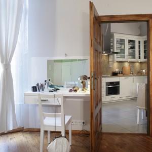 Przez jedne z wielu, znajdujących się w tym mieszkaniu drzwi, można przejść prosto z kuchni do... sypialni. Fot. Monika Filipiuk.