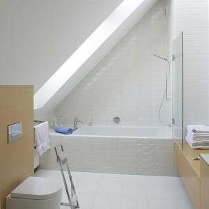 Wannę (firma Riho) umieszczono we wnęce w kształcie trójkąta prostokątnego. Jej część można przymknąć szklanym parawanem, by utworzyć kabinę prysznicową. Fot. Bartosz Jarosz.