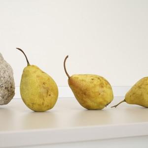 ...nawet gruszki, choć równie surowe i ascetyczne co otoczenie, stają się znaczącym detalem. Fot. Monika Filipiuk.