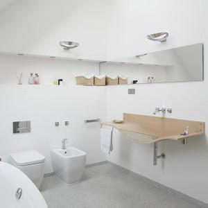 """Gabbiano (Agape) to designerski """"smaczek"""", pierwsza na świecie umywalka z drewna, projekt z 1995 roku. Sedes i bidet marki Flaminia. Fot. Monika Filipiuk."""